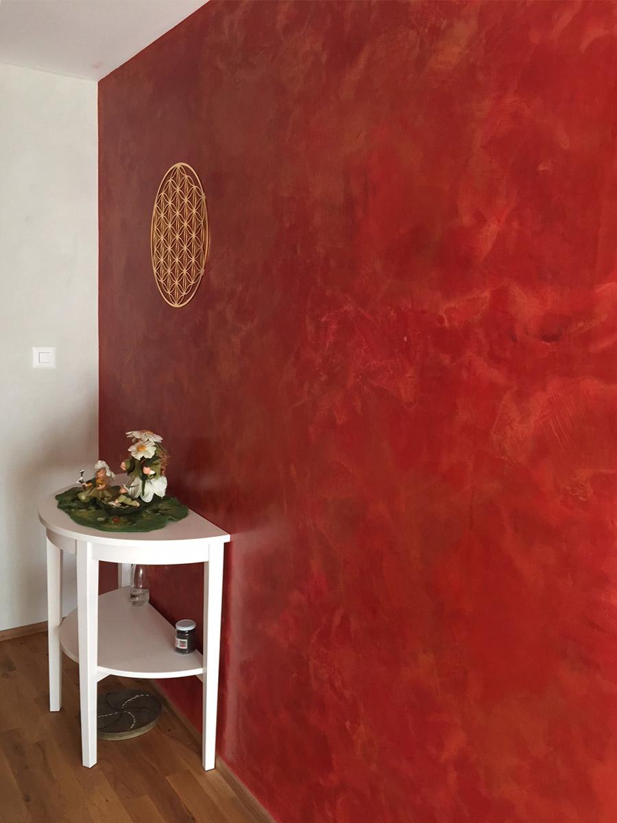 Herzpunkt mit rot goldener Wand aus Stucco,Malerei Zwahlen Malans, Blume des Lebens ,Herzpunktstein und Blumenfamilie aus Schafwolle gefilzt