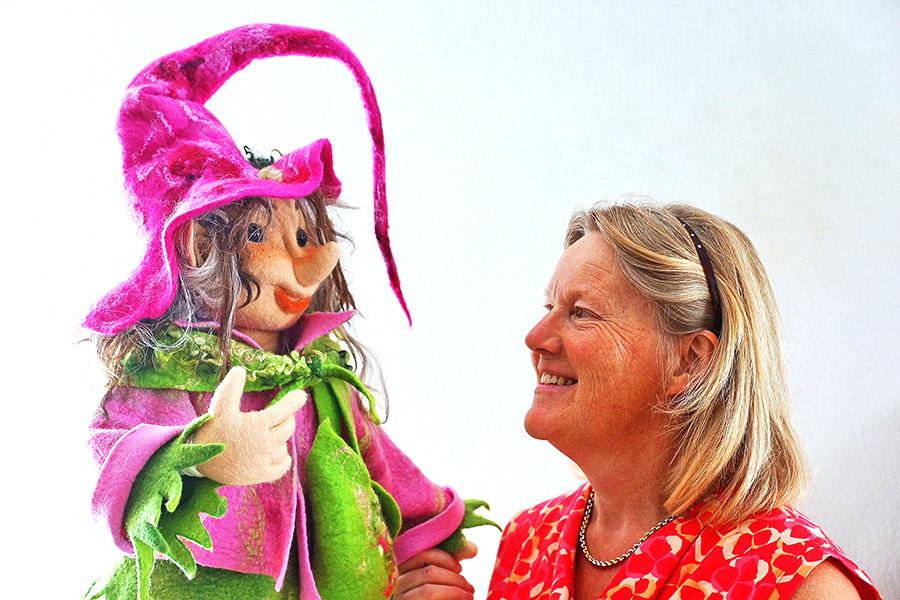 Silvia Adank mit der Hexe Lilly